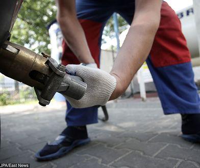 Mężczyźni znaleźli wyciek gazu, ale sami próbowali naprawić samochód