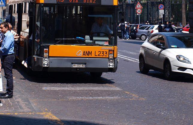Neapol. Rodząca kobieta wyproszona z autobusu