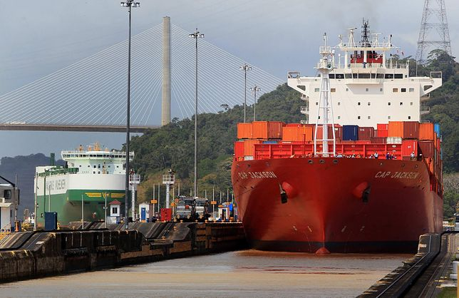 epa05082713 Ships transit by the lock Pedro Miguel at Panama Canal in Panama City, Panama, 28 December 2015. The extension of the canal will be inaugurated during the second half of 2016 according to Administrator of Panama Canal Jorge Luis Quijano.  EPA/Alejandro Bolivar  Dostawca: PAP/EPA.