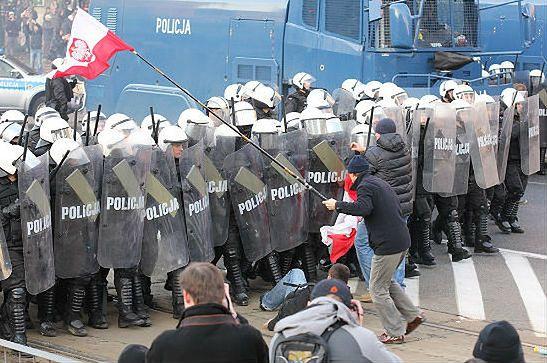 Po zamieszkach: 250 tys. zł straciła policja, 2 mln - TVN