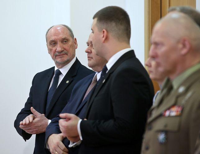 Opozycja chce głowy Macierewicza. Daje Kaczyńskiemu tydzień na dymisję szefa MON