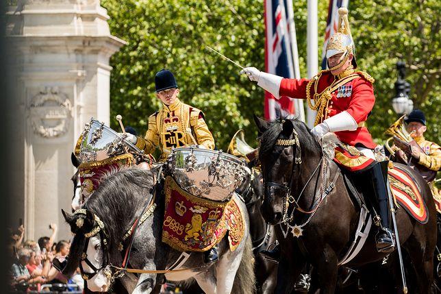 """""""Trooping"""" the colour to oifcjalne uroczystości z okazji urodzin królowej Elżbiety II"""