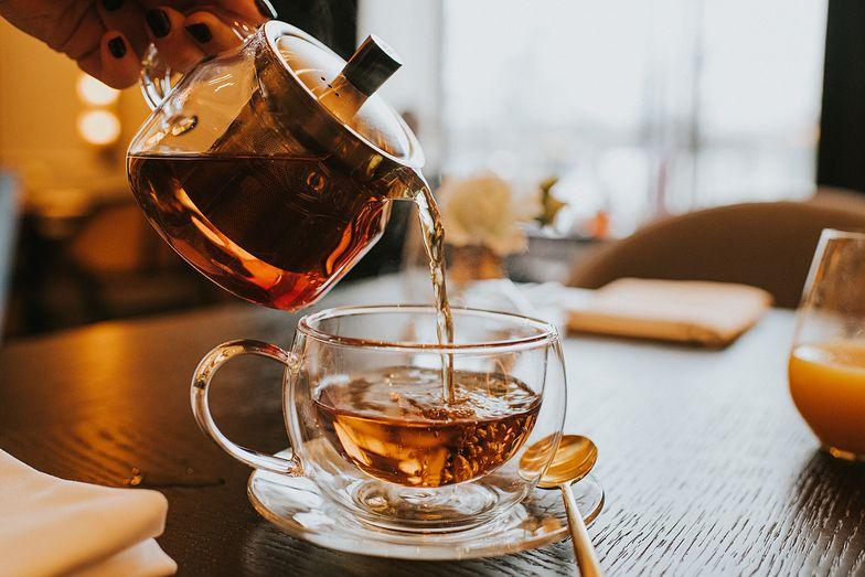 Objawy, które wskazują, że pijesz za dużo herbaty