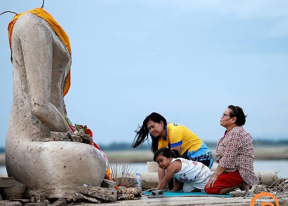 Susza odsłoniła świątynię. Tajowie modlą się do zatopionego posągu Buddy