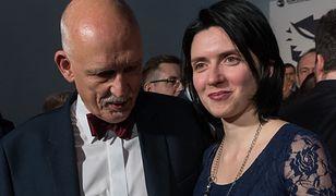 """Janusz Korwin-Mikke z rodziną. """"Lepiej wydać osobiście niźli oddać socjaliście"""""""