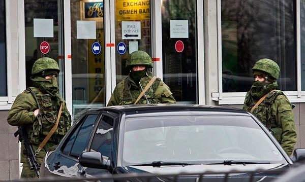Uzbrojeni mężczyźni w Symferopolu
