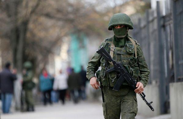 Uzbrojony mundurowy w Symferopolu, Krym