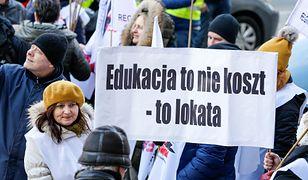 Rząd przekonuje, że nie ma pieniędzy na podwyżki dla nauczycieli. Jednak znalazł na podwyżki dla urzędników.