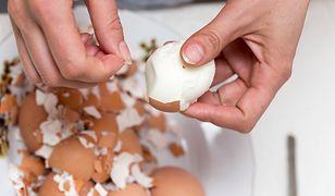 Obieranie jajek nie zawsze jest łatwe. Dlaczego niektóre jajka źle się obierają?