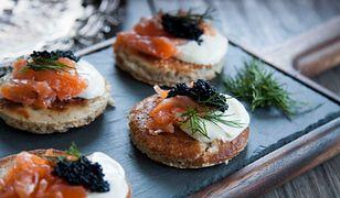Sentymentalne dania: przepis na bliny z kawiorem i wędzonym łososiem