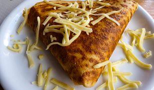 Naleśnik serowy z kabanosami