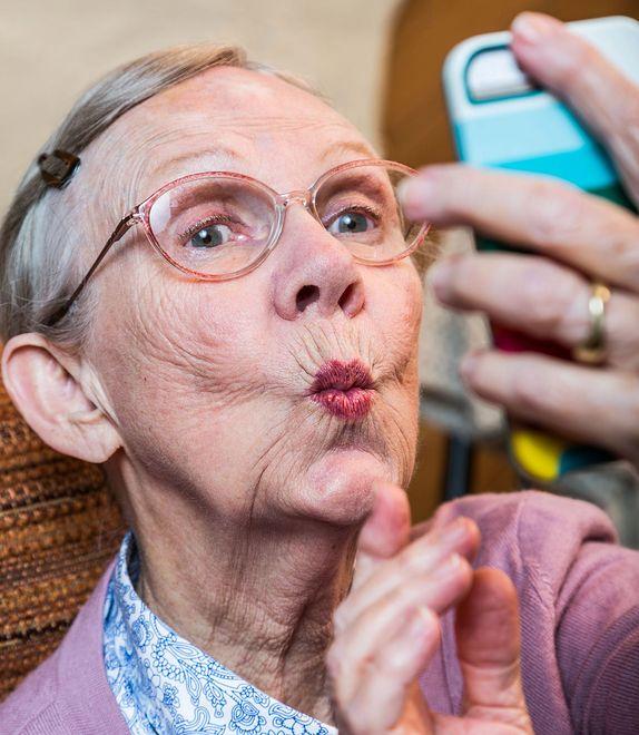 """""""Nigdy nie jesteś za stary na naukę selfie"""". Te pary to udowadniają"""