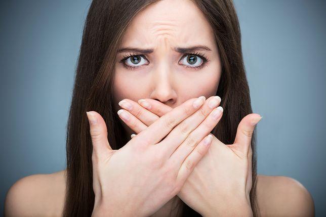 Suchość w ustach, czyli kserostomia, łączy się z nieprzyjemnym oddechem.