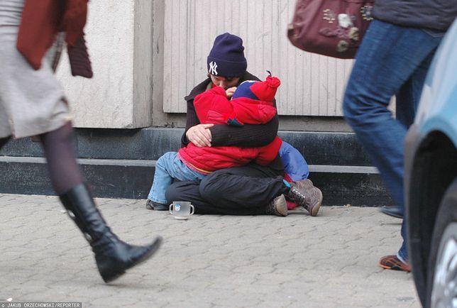 Bezdomna kobieta z dzieckiem / zdjęcie ilustracyjne