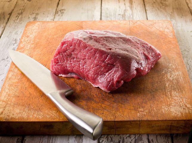 Błędy podczas gotowania. Krojenie mięsa na drewnianej desce