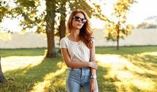 Jasne jeansy z wysokim stanem i biała bluzka to połączenie idealne