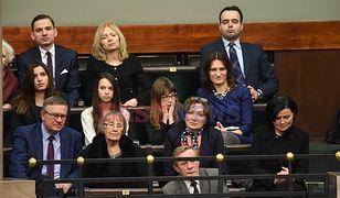 Mama Mateusza Morawieckiego (drugi rząd, druga od lewej) i córka Ola (trzeci rząd, pierwsza z lewej). W poprzednim podpisie omyłkowo podpisaliśmy Lidię Kochanowicz-Mańk (pierwsza od prawej, drugi rząd), przepraszamy