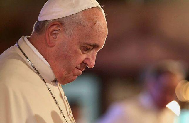 Według krytyków Franciszka papież dopuścił się herezji