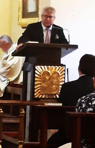 Ryszard Czarnecki w jednym z dolnośląskich kościołów