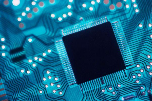 Jeszcze za wcześnie na rewolucję grafenową, ale wszechświat procesorów niezmiennie się rozszerza. Nie inaczej będzie w tym roku – Intel prawdopodobnie już w kwietniu wprowadzi swoje piekielnie mocne układy z linii Ivy Bridge, które mają być nawet o kilkadziesiąt procent wydajniejsze niż ich odpowiedniki z rodziny Sandy Bridge. Rewolucja nie ominie również smartfonów – niedawno wyciekły specyfikacje czterordzeniowych procesorów w słuchawkach firmy HTC, a plotki o nadchodzących quad-core'owcach z logiem Samsunga krążą w branży już od dłuższego czasu.  Dołącz do nas na Facebooku