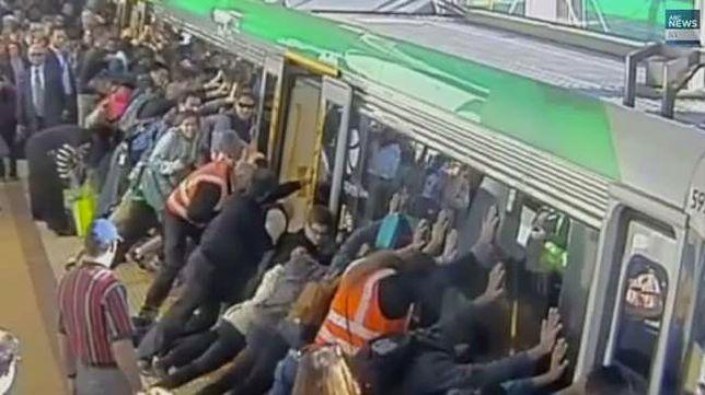Zaklinowany mężczyzna na stacji. Oto jak mu pomogli!