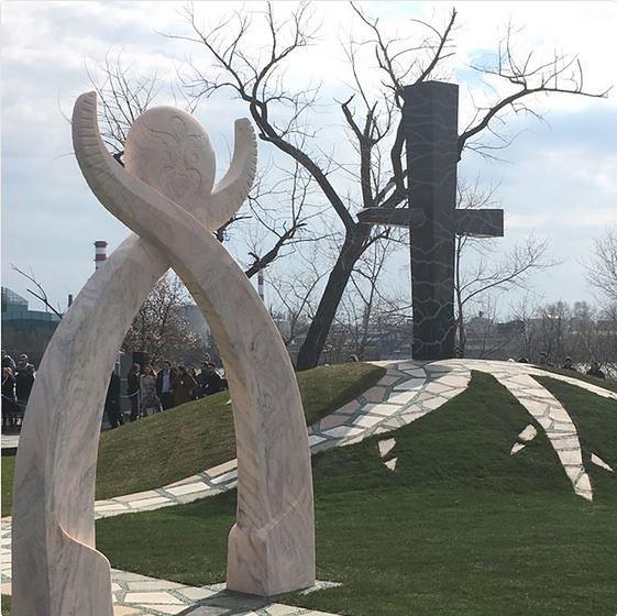 Odsłonięcie pomnika smoleńskiego w Budapeszcie. Kaczyński i Morawiecki na miejscu