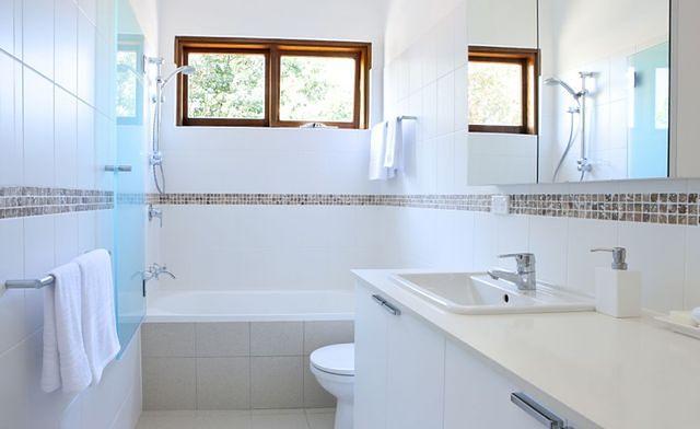 Trendy łazienkowe: kolorystyczny minimalizm