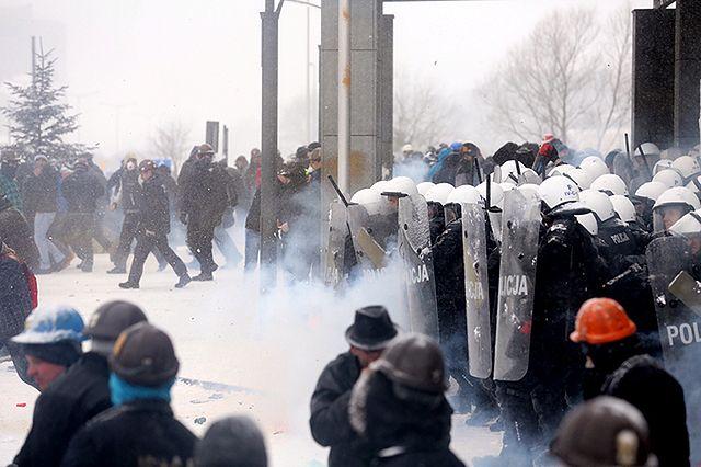 Starcia przed JSW. W ruch poszły armatki wodne i broń gładkolufowa