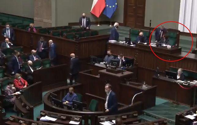 """Nocna powtórka głosowania w Sejmie. Piotr Gliński przekazuje marszałek, że jest """"prośba szefa"""""""