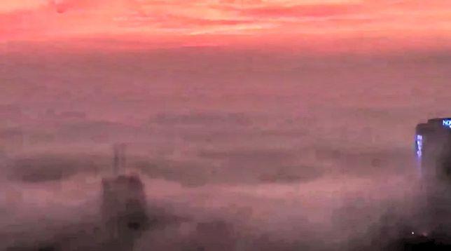 """Warszawa pod """"kołdrą"""". Gęsta mgła w stolicy [WIDEO]"""