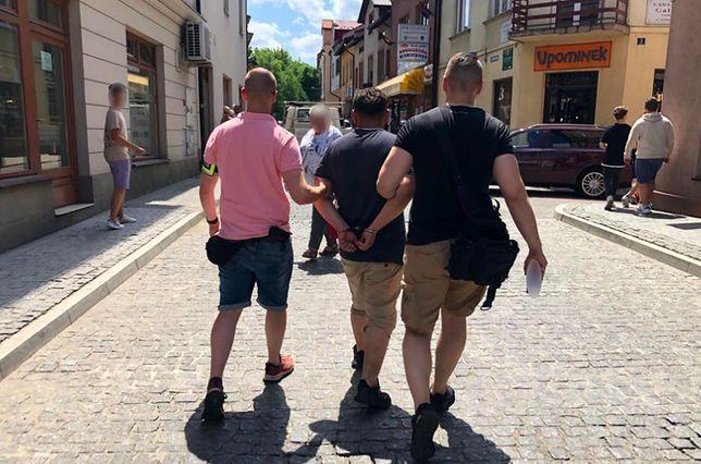 Warszawa. Funkcjonariusze z Mokotowa zatrzymali dwóch mężczyzn z Wadowic, którzy handlowali w sieci komputerami i telefonami. Jednak zamiast towaru klienci dostawali przesyłkę zawierającą cegłę