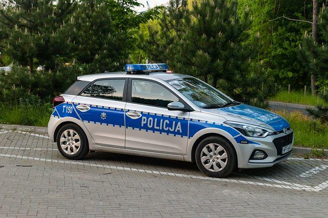 Warszawa.  W czasie, gdy policjanci interweniowali w sprawie pobicia na plaży Poniatówka, ktoś uszkodził zaparkowany radiowóz