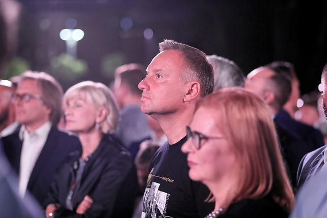 Warszawa. Prezydent Andrzej Duda uczestniczy we wspólnym śpiewaniu piosenek powstańczych