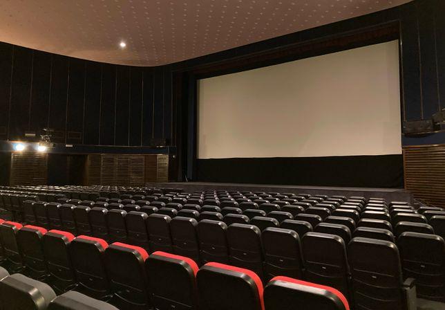 Warszawa. Kino Wisła wynajęło salę na pokaz antysemickiego filmu o Jedwabnem. W południe przedstawiciele placówki napisali, że mają awarię techniczną, a wieczorem  widzów spotkali się w innej sali kinowej