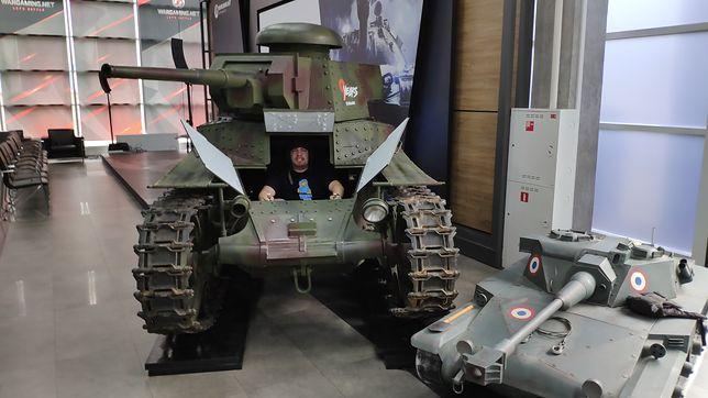 Tak, po wejściu do siedziby Wargamingu są oczywiście czołgi. Tak, można do nich wejść.