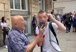 Warszawa. Skandaliczne zachowanie antyszczepionkowców. Atak na dziennikarza Wirtualnej Polski