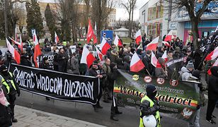 Marsz narodowców w Hajnówce. Była blokada, policja rozdzieliła demonstrantów