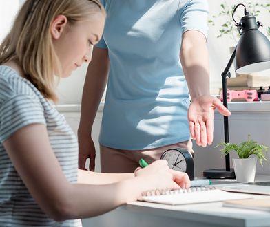Coraz więcej rodziców odrabia z dzieckiem lekcje