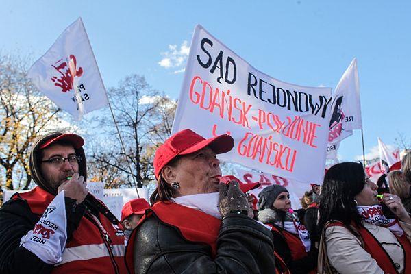 Pracownicy sądownictwa protestowali w Warszawie przeciwko likwidacji sądów