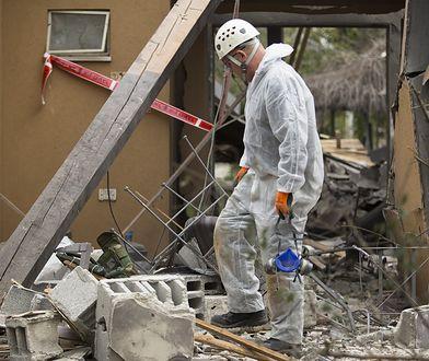 Izraelski śledczy w ruinach domu zburzonego przez rakietę