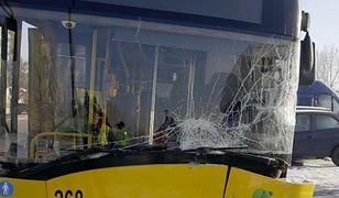 Warszawa. Zderzenie autobusu z samochodem osobowym. Nieostrożne cofanie