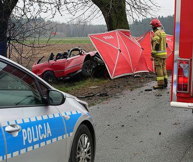 Boników. Tragiczny wypadek. BMW wjechało w drzewo