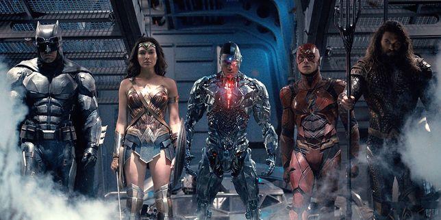 Od lewej: Batman, Wonder Woman, Cyborg, Flash i Aquaman