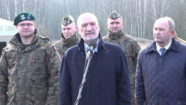 Okładka z trotylem. Macierewicz uderza w tygodnik braci Karnowskich