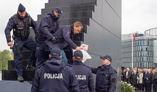 Policjanci sprowadzili aktywistę Obywateli RP na dół pomnika