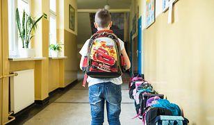 Uczeń z supermodnym plecakiem