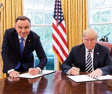 Prezydenci Andrzej Duda i Donald Trump podpisują deklarację o polsko-amerykańskiej współpracy.