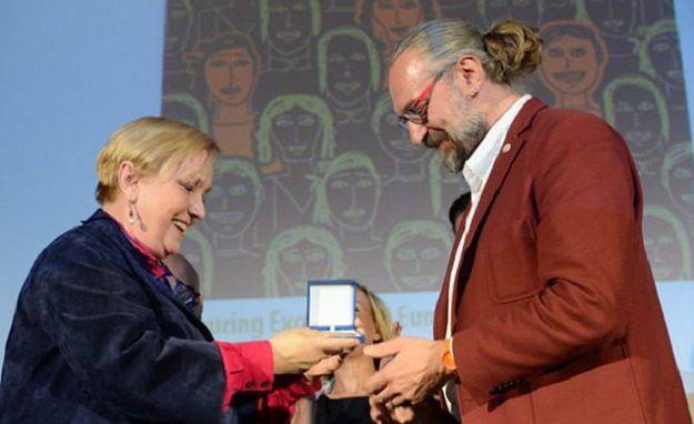 Mateusz K. odbiera od Róży Thun Nagrodę Obywatelską Parlamentu Europejskiego