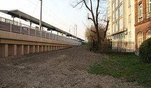 Ok. 10 metrów. Tyle dzieli kamienicę od stacji kolejowej.
