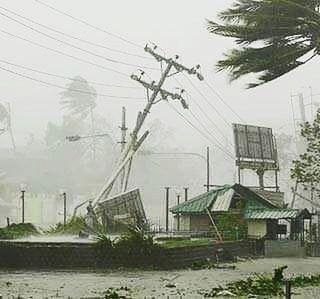 Cyklon Titli łamał słupy energetyczne, drzewa, uszkodził wiele domów.